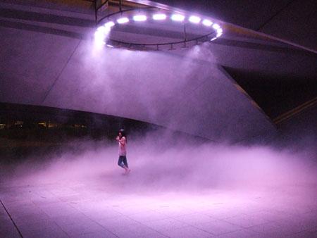藤本隆行(dumb type)シンガポール・ビエンナーレ2008におけるLEDインスタレーション(中谷芙二子とのコラボレーション)©Fujimoto Takayuki[参考図版]