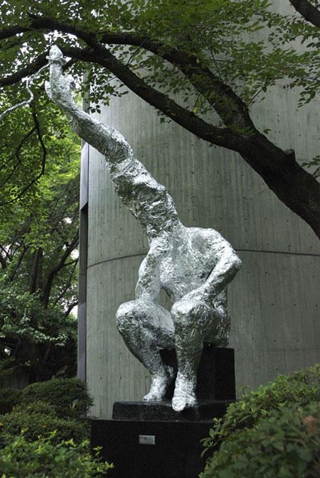 永畑智大、『無題』2008、銅像にアルミホイル