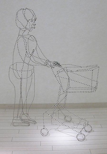 塩川直子、『おばさん』2007、針金・ゴムチューブ