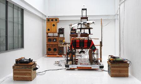 宇治野宗輝 《THE BALLAD OF BACKYARD》 2008年 木製家具、家電機器、ミクスト・メディア サイズ可変 Photo: Koo