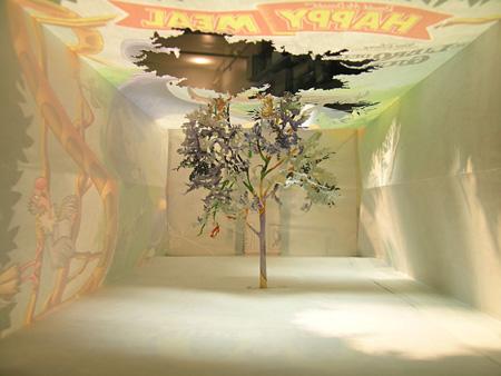 照屋勇賢 《告知―森》 2005年 紙袋、糊 18 cm×8 cm×28 cm ソロモン・R・グッゲンハイム美術館、ニューヨーク