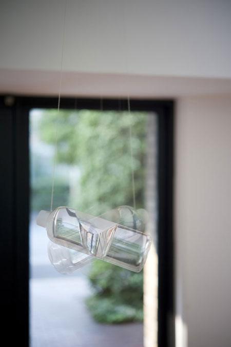 早川祐太、『apple』2009、ペットボトル、水、糸、モーター