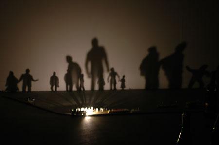 クワクボリョウタ「1. 落下する水、2. 照明用ガス、を与えてみた」(AD&A gallery、大阪、2010年)での展示風景 撮影:小西小多郎
