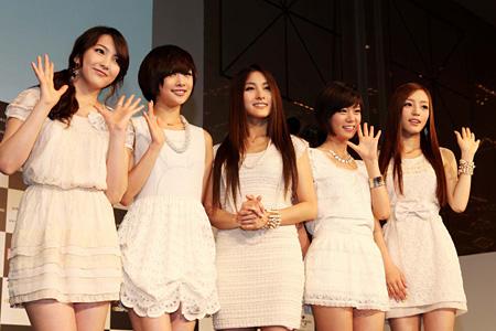 KARA(ステージ上の左から、ジヨン、ニコル、ギュリ、スンヨン、ハラ)