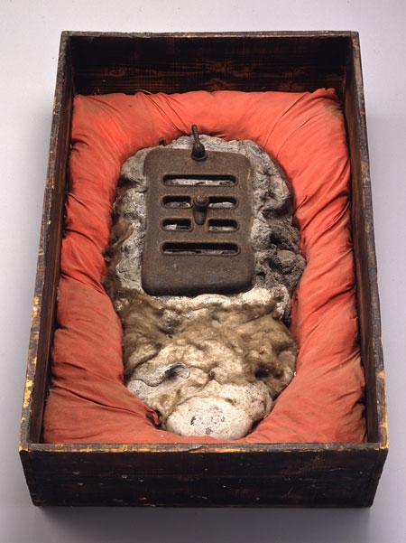 荒川修作 《もうひとつの墓場より No.4》 1961 セメント、鉄、綿、木、布  64.0 x 42.8 x 19.0 cm 板橋区立美術館蔵 ©Shusaku Arakawa