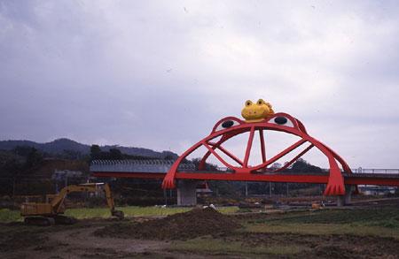 『ROADSIDE JAPAN 珍日本紀行』より 《カエル橋》 ©Kyoichi Tsuzuki