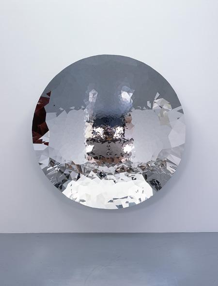 Untitled 2010年 ステンレス 230 x 230 x 44 cm 撮影:木奥恵三