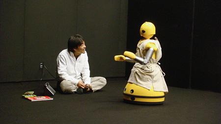 平田オリザ+石黒浩研究室(大阪大学)/ロボット演劇プロジェクト『森の奥』/提供:(株)イーガー