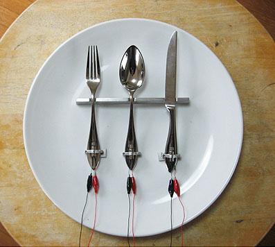 dish01「食器の音をたてる」2009 ©TAMURA SATORU