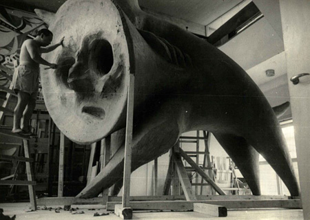アトリエで『動物』を制作中の岡本太郎(1959年)©岡本太郎記念館