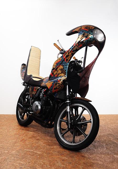 中島靖貴 タイム★マシーン rice burner 2009 Kawasaki Z400FX、漆、螺鈿、金、銀、FRP、鉄、畳 200×90×230cm 撮影:横山新一