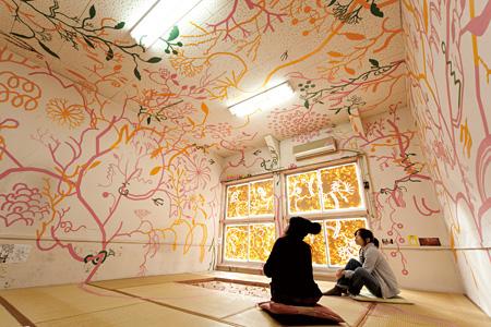 淺井裕介 《室内森/粘土神》 2009 「長者町プロジェクト2009」での展示 写真:山田亘