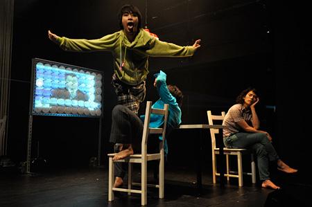前回作品『家族の証明∴』舞台写真 ©生井秀樹