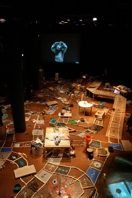 《くじらのはらわた袋に隠れろ、ネズミ》アサヒアートスクエア展示風景 2010年
