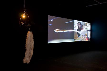 エキソニモ《SUPERNATURAL》2009/10年 「Between Site & Space」展(Artspace,シドニー,オーストラリア,2009年)での展示風景 撮影:Silversalt