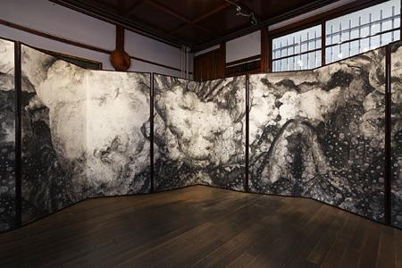 三瀬夏之介 肘折幻想 2009 十曲一隻 162x845cm 撮影/瀬野広美 Courtesy of imura art gallery