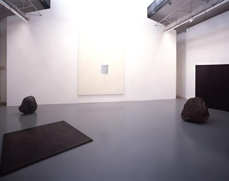 2007年 SCAI THE BATHHOUSEでの展覧会風景(撮影: 木奥恵三)