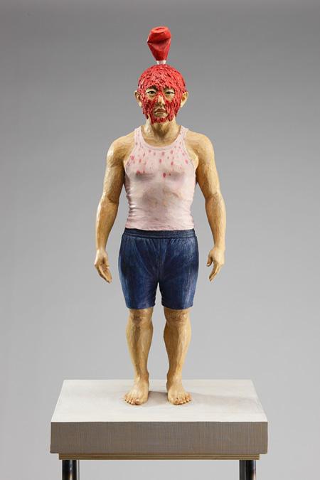 泉 啓司 ≪ケチャップ≫ 2010年 木(銀杏)、硬化プラスチック、色鉛筆、アクリル、 鉄(台座のみ) h.157xd.28xd.40cm Sculpture : h.56xd.28xd.19cm 撮影:渡邉郁弘 Courtesy of the artist and ARATANIURANO