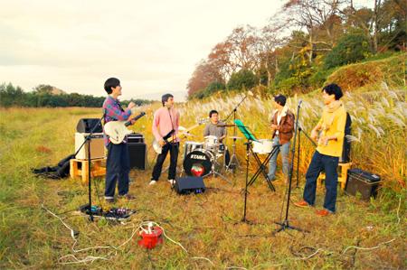 伊豆狩野川さくら公園で演奏をする乍東十四雄とサポートメンバー