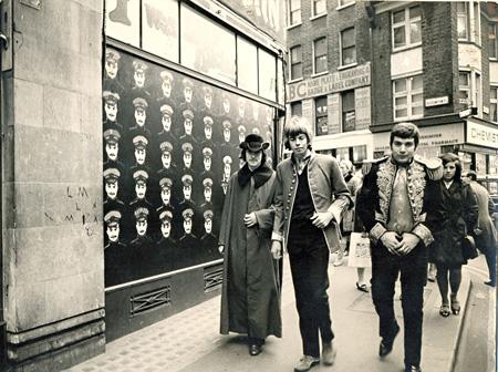 ファッションデザイナー、ポール・リーヴス(左)と友人たち