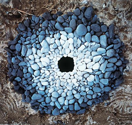 アンディー・ゴールズワージー《穴の周囲の小石(1987.12.7 三重県紀伊長島町)》1987年 世田谷美術館蔵