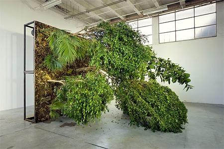 「ヨコハマトリエンナーレ2011」出品作家 ヘンリック・ホーカンソン《Fallen Forest》2006年 パレ・ド・トーキョー(パリ)での展示風景 Courtesy Galleria Franco Noero, Turin