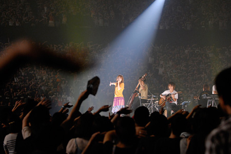 aikoのライブDVD『ポップとロック』、アリーナ公演とライブ公演収めた2枚組