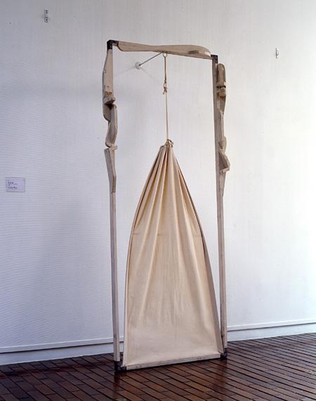 早川重章《放浪者》1998年 木、鉄、綿布