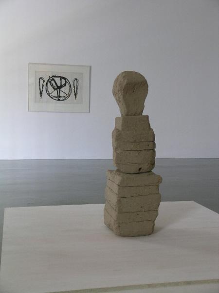 アブラハム・デイヴィッド・クリスチャン《彫刻》 1982年 土 (手前作品)