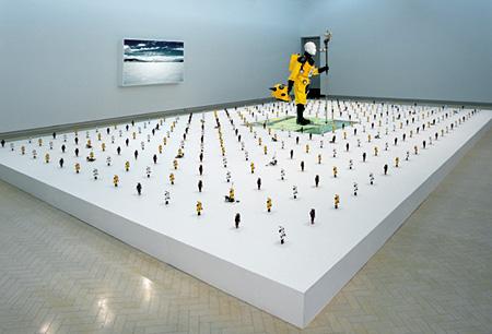 アトムスーツ・プロジェクト:大地のアンテナ 2001 installation size 180×420×148cm approx. 写真、プラスティック、ガイガー・ミュラー管、他 Photo by Greg Weit ©Kenji Yanobe Courtesy of YAMAMOTO GENDAI