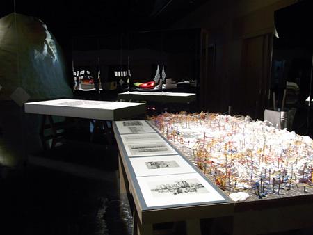 手前 磯崎新「孵化過程(再演)」、左奥 藤村龍至「雲の都市」※背景にある鏡面にアニッシュ・カプーアのマケット群が映り込んでいます