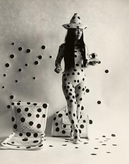 パフォーマンス「水玉による自己消滅」1968年 photo by Hal Reiff ©YAYOI KUSAMA