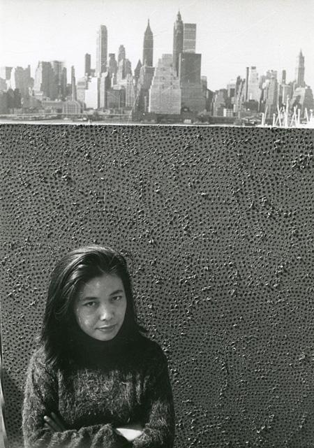 ニューヨークにてマンハッタンを背景に、自作品と一緒の草間彌生 1961年 ©YAYOI KUSAMA