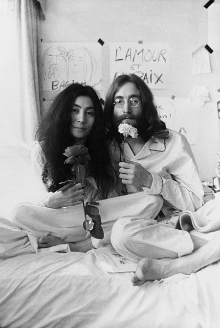 オノ・ヨーコとジョン・レノン 《ベッド・イン》モントリオール 1969 Photo by Ivor Sharp ©Yoko Ono
