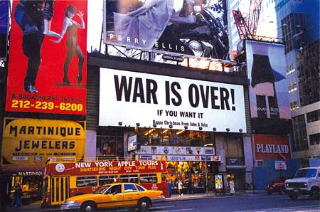 《戦争は終わった!》1998-99 ニューヨークの47丁目とブロードウェイ交差点に掲示されたビルボード Photo by Karla Merrifield ©Yoko Ono