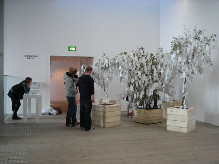 《ウィッシュ・ツリー(願かけの木)》2009 Courtesy of Yoko Ono イギリス、ゲーツヘッドのバルティック現代美術センターでの展示風景
