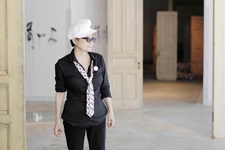 オノ・ヨーコと新作インスタレーション《とびら》(部分) 広島市現代美術館、2011 ©Yoko Ono Photo by Keiichi Moto