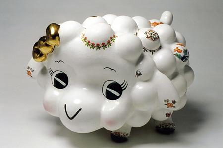 上田順平「ヒツジチョキンバコ」 陶器 h82*w74*d53cm 2003