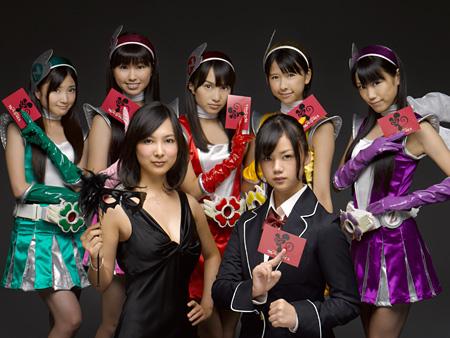 写真手前左から谷村美月、長野じゅりあ、後ろに並ぶももいろクローバーZ © 2011「サルベージ・マイス」製作委員会