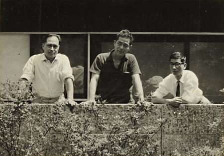 工業デザイングループKAK(カック)メンバー三人衆 左から河潤之介、秋岡芳夫、金子至 1953年頃撮影:KAK