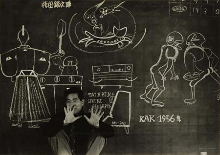 KAKでの秋岡芳夫 背景の黒板画:秋岡芳夫 1956年頃撮影:KAK