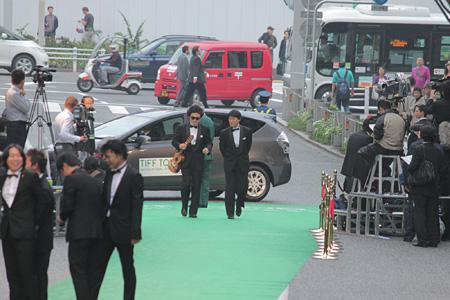『第24回 東京国際映画祭』のグリーンカーペットを歩く前野健太(左)と松江哲明(右)