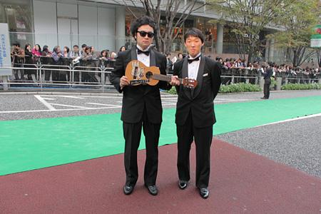『第24回 東京国際映画祭』のグリーンカーペット前に並ぶ前野健太(左)と松江哲明(右)
