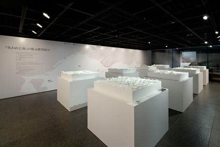 『311 失われた街 展』会場風景 ©Nacása & Partners Inc.