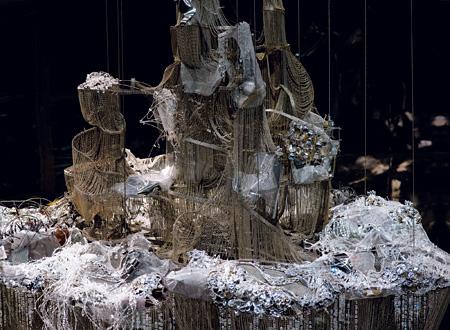 イ・ブル 《ブルーノ・タウトに倣って(物事の甘きを自覚せよ)》 2007年 ビーズ、ステンレススチール、金網、ポリ塩化ビニル、チェーン 258 x 200 x 250 cm 展示風景:「すべての新しい影の上に」カルティエ現代美術財団、パリ 所蔵:ギャルリー・タデウス・ロパック、ザルツブルグ、パリ Courtesy: the artist and Fondation Cartier pour l'art contemporain, Paris Photo: Patrick Gries