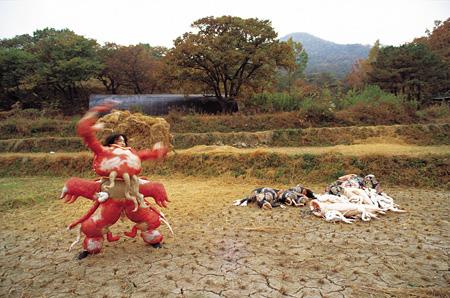 イ・ブル 《切望》 1989年 屋外パフォーマンス、長興(チャンフン)、韓国 Courtesy: Studio Lee Bul
