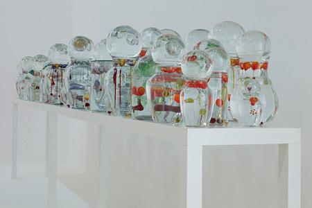 「涙(Lagrimas)」 2002 年 ガラス、水、テーブル 140 x 500 x 70 cm 個人蔵 ©Jean-Michel Othoniel/Adagp, Paris 2012 Private Collection Photo by Guillaume Ziccarelli Courtesy of Galerie Perrotin, Paris