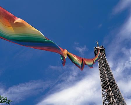 靉嘔「300m レインボー・エッフェル塔・プロジェクト」 エッフェル塔(パリ)1987年 撮影:水谷内健次 Ay-o, 300 meter Rainbow Eiffel Tower Project, Paris, 1987 Photo: Kenji Mizuyachi