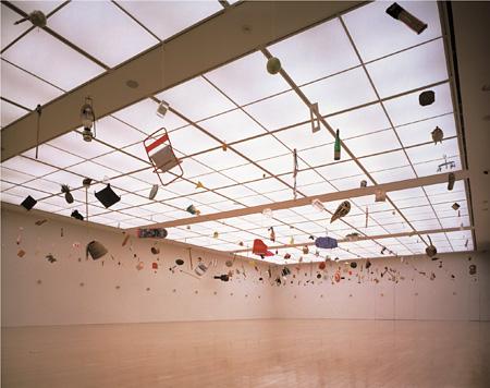 靉嘔 《ハンギング・ピース No.10 オブジェクト・マンダラ》 北九州市立美術館での展示風景 (1997年) Ay-o, Hanging Pieces No.10 Object Mandala, Installation view at Kitakyusyu Municipal Museum of Art, 1997