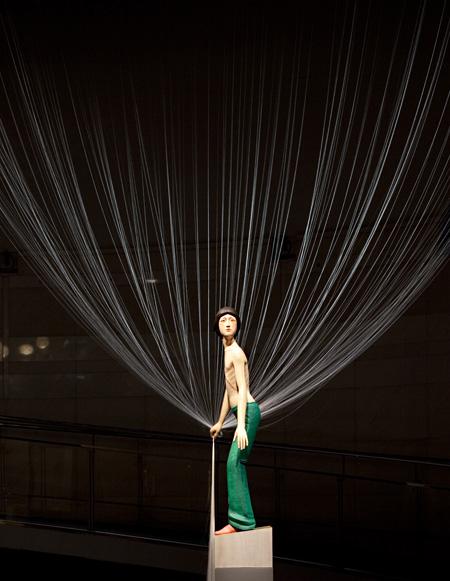 風の少年 2011 樟材の一木造りに彩色、絹糸 163×62×38cm 撮影:熊谷順 ©TANADA Koji Courtesy Spiral / Wacoal Art Center, Mizuma Art Gallery